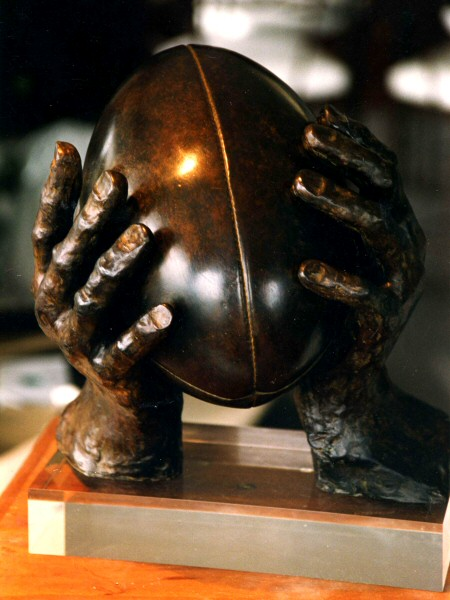 Sculpture en bronze : le ballon de Rugby